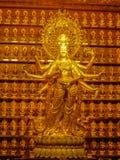 Statue d'or de déesse Guanyin chez Hainan Chine photographie stock libre de droits