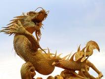 Statue d'or de dragon dans le temple chinois image stock