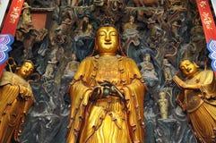 Statue d'or de Guanyin et de Sudhana acompanied par leurs maîtres de l'intérieur de Jade Buddha Temple à Changhaï image stock