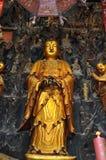 Statue d'or de Guanyin et de Sudhana acompanied par leurs maîtres de l'intérieur de Jade Buddha Temple à Changhaï photo stock