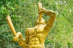 Statue d'or de guerrier avec le klaxon et d'amulette dans la forme du croc photos libres de droits