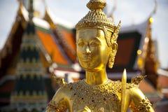 Statue d'or de kinnon (kinnaree) Photographie stock libre de droits
