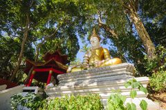 Statue d'or de moine chez Doi Suthep photos stock
