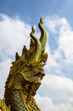 Statue d'or de Naga avec le ciel bleu Image libre de droits