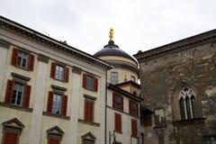 """Statue d'or de Sant """"Alessandro di Bergamo, statue sur le dôme de la cathédrale photo libre de droits"""