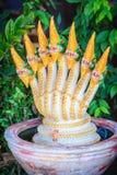 Statue d'or du chef sept de la fontaine de Naga qui a décoré dans t Images libres de droits