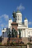 Statue d'empereur Alexandre II au centre de la place de s?nat sur le fond de la cath?drale de Helsinki helsinki image libre de droits