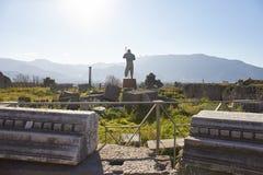 Statue d'homme dans la place de la ville antique de Pompeii photographie stock