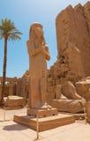 Statue d'II de Ramses avec l'épouse Nefertari dans le temple de Karnaksky Images stock