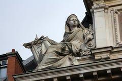 Statue d'industrie sur le bâtiment de BNP à Paris Images libres de droits