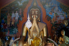 Statue d'intérieur de Bouddha de Wat Phra That Doi Suthep dans Chiangmai, Thaïlande Photos stock
