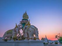 Statue d'objets superflus dans la lumière de coucher du soleil Photo stock