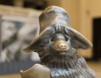 Statue d'ours de Paddington à la station de Paddington à Londres Images stock