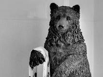 Statue d'ours sur l'image noire et blanche photo libre de droits