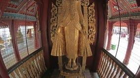 Statue d'or rénovée du Roi Anawrahta, Bagan banque de vidéos