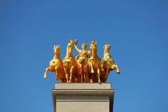 Statue d'or sur la fontaine de Cascada à Barcelone images libres de droits