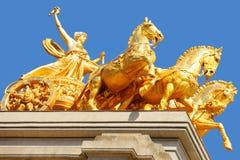 Statue d'or sur la fontaine de Cascada à Barcelone image stock