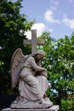Statue d'un ange avec la croix Image libre de droits