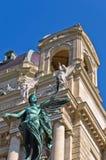 Statue d'un ange avec la guirlande de laurier devant le Musée d'Art sur la place de Maria Theresa à Vienne Image libre de droits