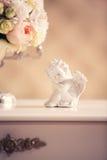 Statue d'un ange et d'un bouquet nuptiale Photos libres de droits