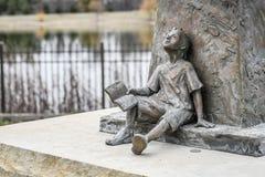 Statue d'un garçon avec le livre - rêvant images libres de droits