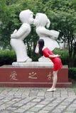 Statue d'un garçon et une fille qui embrassent Images stock