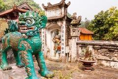 Statue d'un lion de style chinois dans la pagoda de Thien Tru image libre de droits