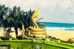 Statue d'un serpent par la mer image libre de droits