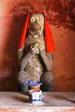 Statue d'un singe sur un pont en bois en ville de Hoi An, Vietnam image stock