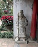 Statue d'une garde à la porte hoc thaïlandaise menant à la cinquième et finale cour du temple de la littérature, Hanoï, Vietnam photographie stock