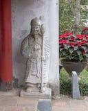 Statue d'une garde à la porte hoc thaïlandaise menant à la cinquième et finale cour du temple de la littérature, Hanoï, Vietnam photo stock