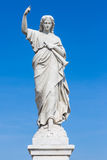 Statue d'une jeune femme soulevant un doigt comme signe de jugement Images libres de droits