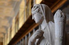 Statue dans la bibliothèque Photo libre de droits