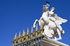 Statue dans le jardin de Tuileries à Paris images stock