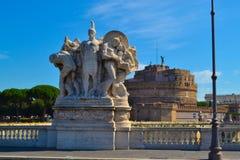 Statue dans le Ponte Vittorio Emanuele II, avec l'ange de ` de Castel Sant Photo stock