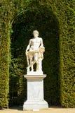 Statue dans un jardin images stock