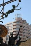 Statue davanti ad una costruzione moderna Fotografia Stock