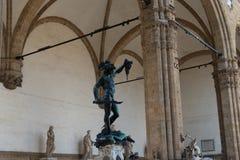 Statue de Benvenuto Cellini de Perseus tenant la tête de la méduse à Florence, Italie photo stock