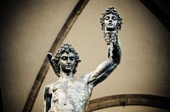 Statue de Benvenuto Cellini de Perseus tenant la tête de la méduse en Florence Italy photo stock
