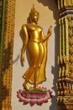 Statue de Bhuddha d'or dans le nonthaburi buakwan Thaïlande de wat de temple Image stock