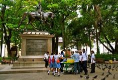 Statue de Bolivar avec les étudiants colombiens Image stock