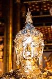 Statue de Bouddha à l'intérieur de temple bouddhiste Photo libre de droits