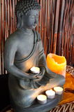 Statue de Bouddha avec des bougies Photographie stock libre de droits