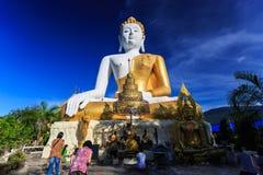Statue de Bouddha avec des prières en Wat Phra That Doi Kham Images libres de droits