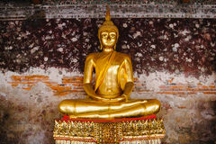 Statue de Bouddha avec l'architecture thaïlandaise d'art au temple de Wat Suthat Images libres de droits