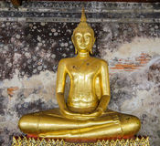 Statue de Bouddha avec le vieux fond dans le temple Images libres de droits