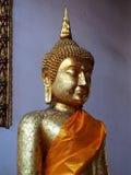 Statue de Bouddha chez la Thaïlande avec le plat d'or mince décoré Photos stock