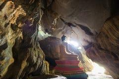 Statue de Bouddha chez le Tham Hoi Cave dans Vang Vieng Image libre de droits
