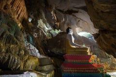 Statue de Bouddha chez le Tham Hoi Cave dans Vang Vieng photo libre de droits