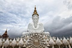Statue de Bouddha chez Wat Prathat Phasornkaew dans Phetchabun, Thaïlande Photos stock